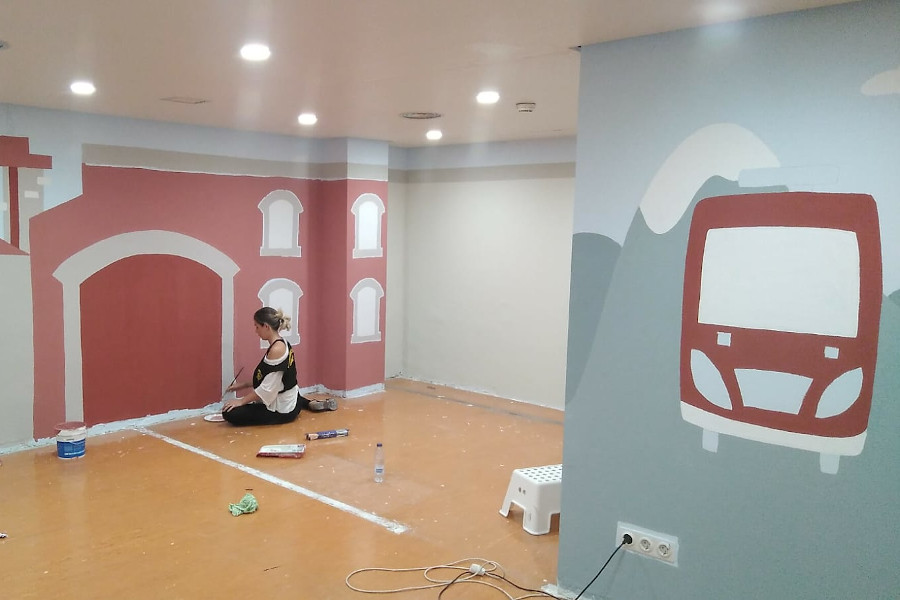 Bomberos y bomberas de Zaragoza decoran una sala de espera del Hospital Materno Infantil