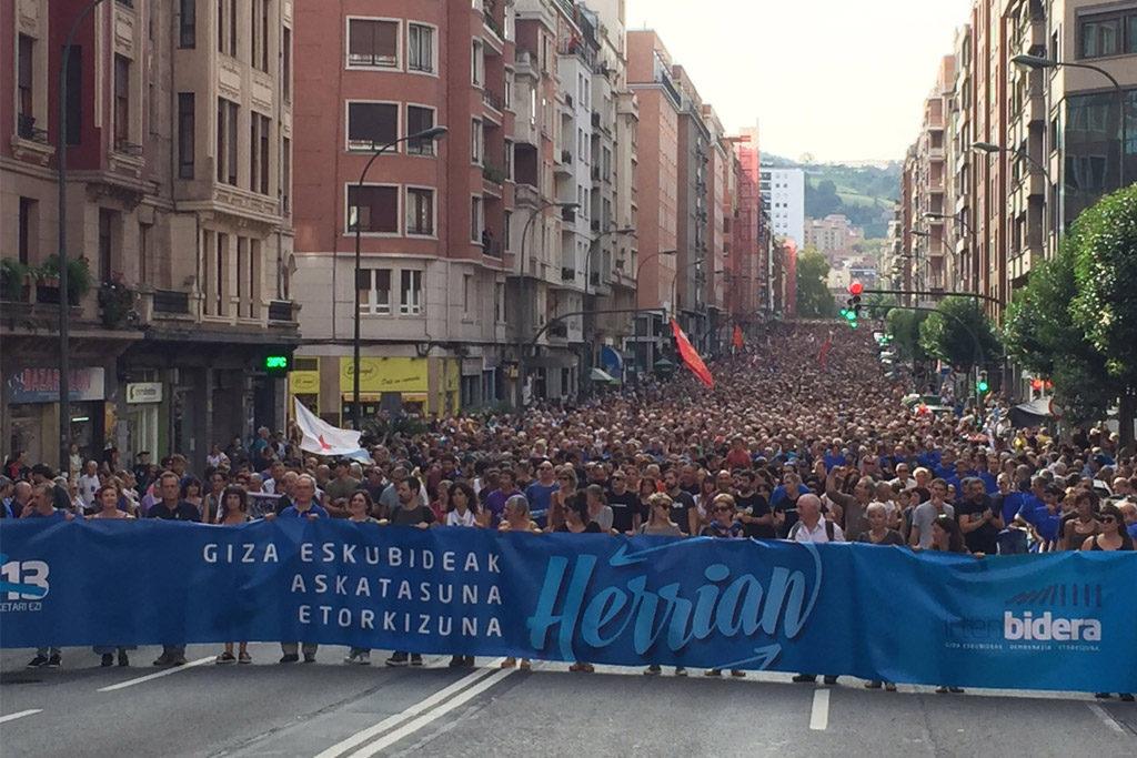 Masiva movilización en Bilbo enapoyo a las 47 encausadas en el macrosumario 11/13, el último juicio del «todo es ETA»