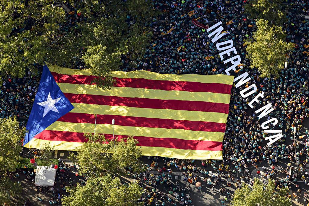 El movimiento independentista catalán vuelve a desbordar las calles de Barcelona en la Diada «más difícil»
