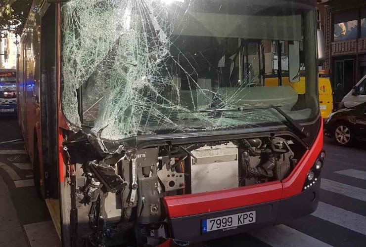Accidente entre dos autobuses debido a la avería del tranvía