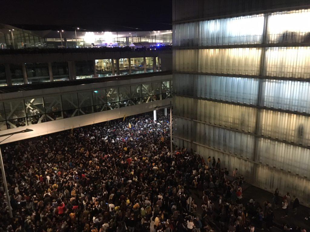 Tsunami Democràtic recupera el espíritu del 1-O paralizando el aeropuerto de Barcelona
