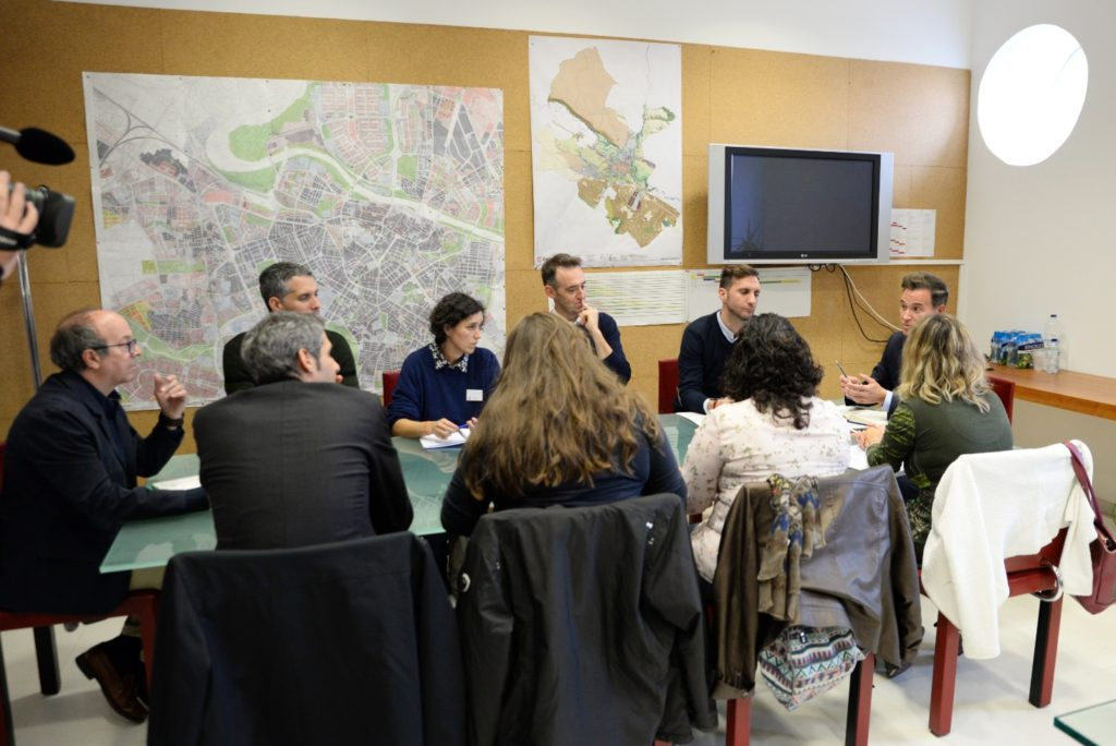 """Representantes de los colegios afectados reclaman a Víctor Serrano un compromiso """"efectivo y por escrito"""" de la ejecución de las obras"""