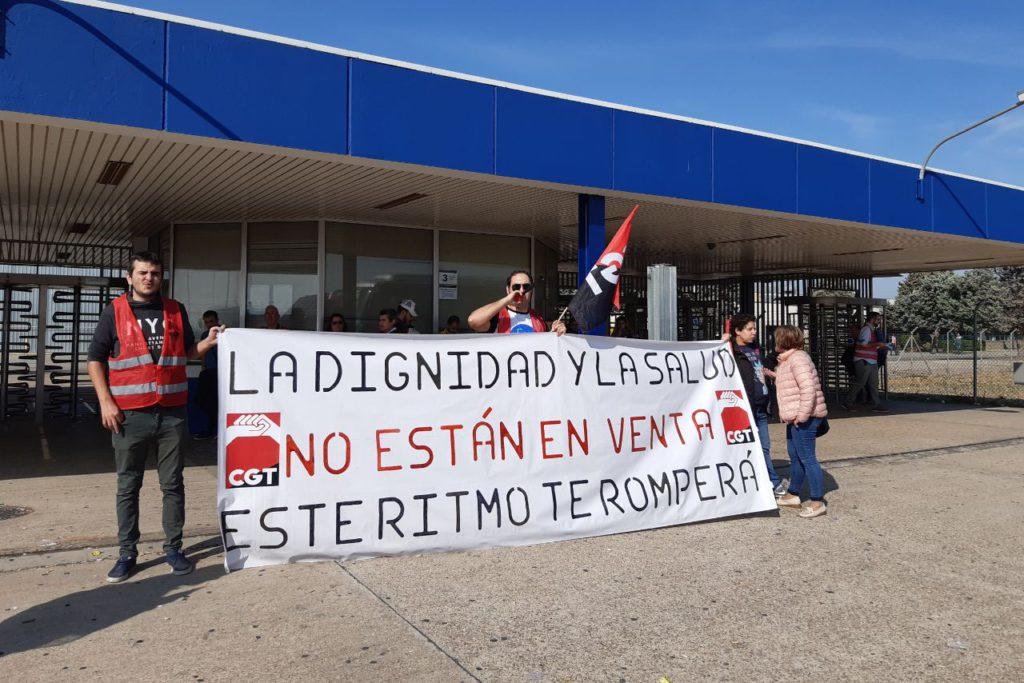 CGT se concentra frente a la Opel de Figueruelas para denunciar los ritmos abusivos de trabajo