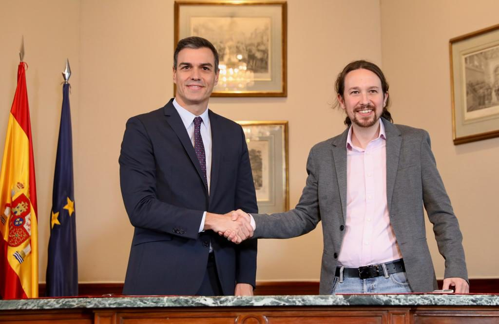 Sánchez e Iglesias firman un acuerdo para la formación de un gobierno inédito de coalición
