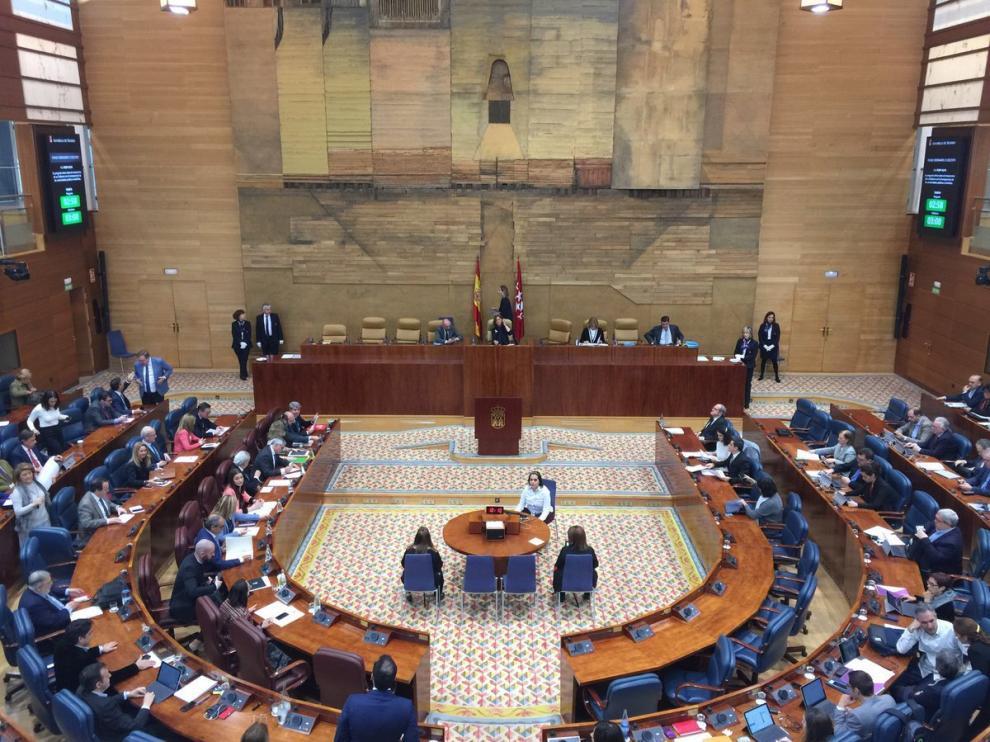 La Asamblea de Madrid, con los votos del PP, Cs y Vox, pide ilegalizar a las fuerzas independentistas