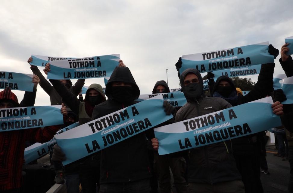 Tsunami Democràtic bloquea la principal carretera entre el Estado francés y Catalunya para exigir una salida dialogada al conflicto catalán