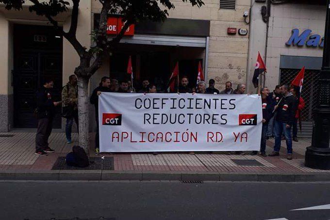 CGT Metal se concentra frente a la sede del PSOE para denunciar que no se aplique la jubilación anticipada por trabajos peligrosos