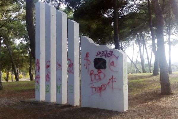 Monumento a los aragoneses confinados en los campos de concentración alemanes. Jardín de Invierno Parque José Antonio Labordeta. Autor fotografía: Sergio Murillo.