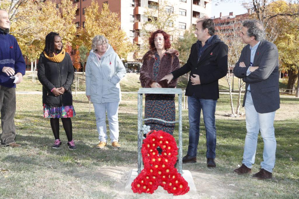 El Parque Bruil de Zaragoza ya luce una placa en recuerdo a las personas fallecidas por SIDA