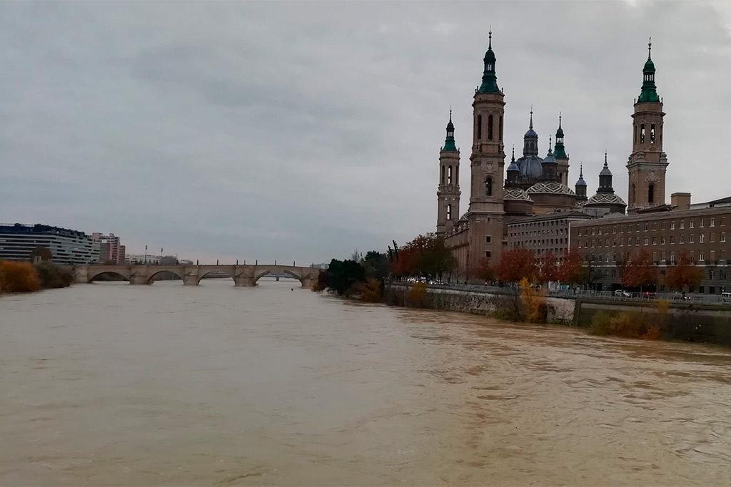 La crecida del Ebro pasa por Zaragoza con una altura menor de la esperada