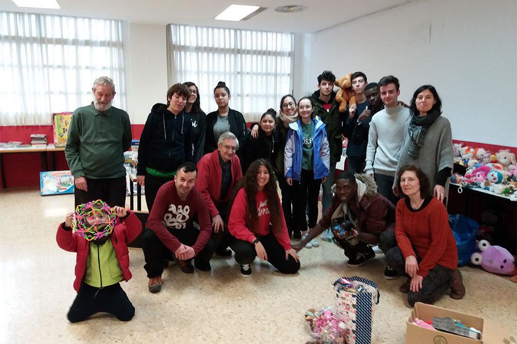 Cerca de 100 niños y niñas de Torrero recibieron un juguete durante la Noche Mágica del barrio zaragozano