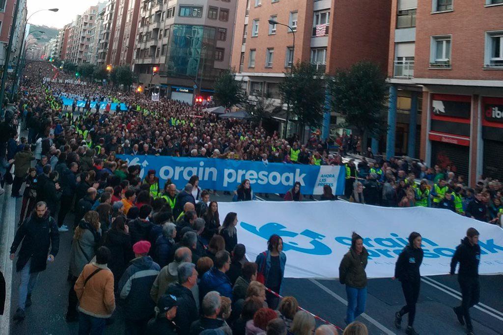 """Decenas de miles de personas piden en Bilbo y Baiona """"cerrar heridas"""" y """"construir futuro"""""""