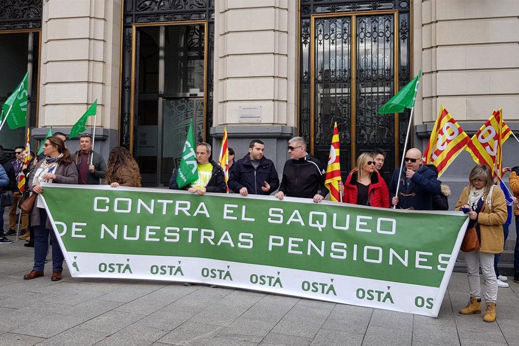 Mas de 200 personas se concentran en Zaragoza en defensa de los derechos laborales y las pensiones