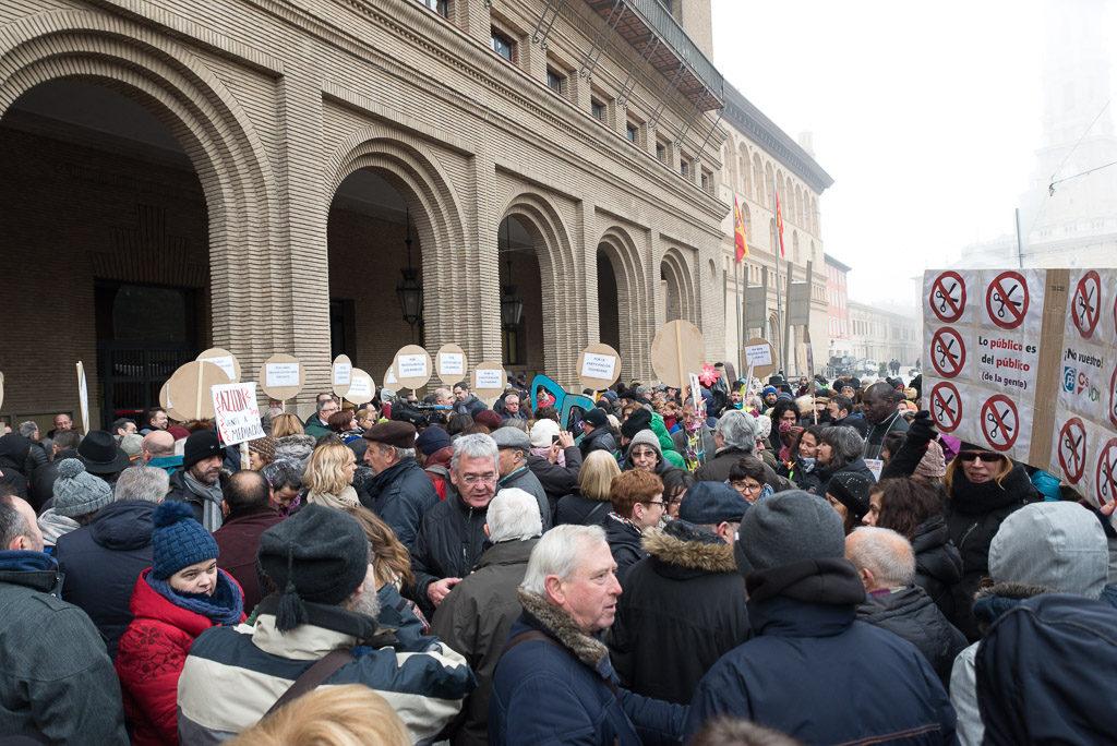 Más de 200 personas acuden al Ayuntamiento de Zaragoza para pedir unos presupuestos más solidarios