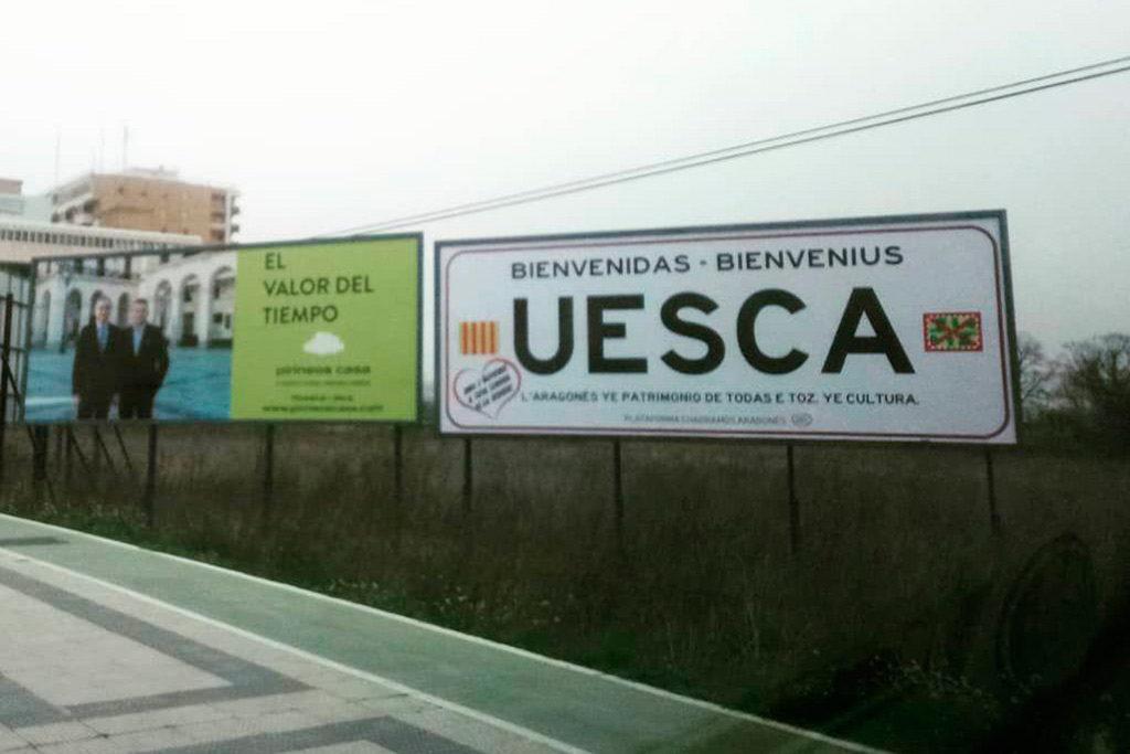 Uesca vuelve a dar la bienvenida en aragonés con una valla publicitaria