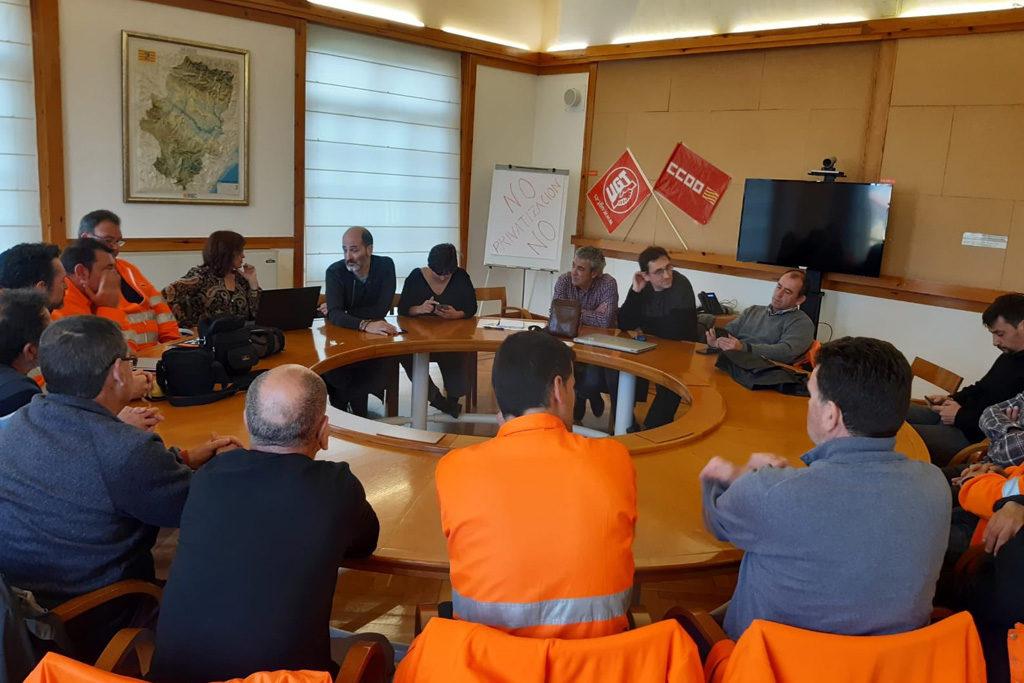 CCOO y UGT se encierran en la sede del Gobierno de Aragón «contra la privatización del mantenimiento de carreteras»