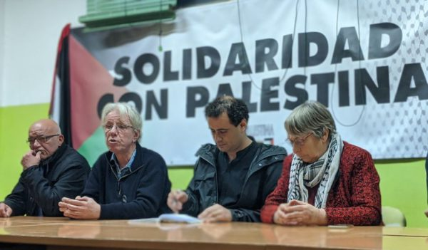Sara Katz y Pierre Stambul, junto al periodista palestino Mussa'ab Bashir, durante la charla en la Casa Palestina de Zaragoza. Foto: @igoiz17 (AraInfo)