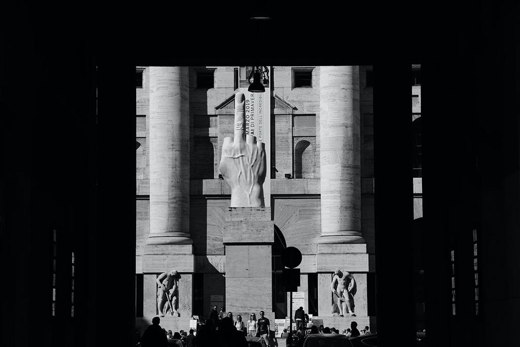 Plaza Affari, centro financiero de Milán. Foto: Simone Pellegrini (Unsplash).