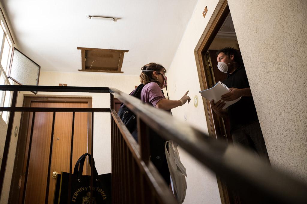 Casa por casa, informando de la labor de las redes vecinales. Foto: Toni Galán