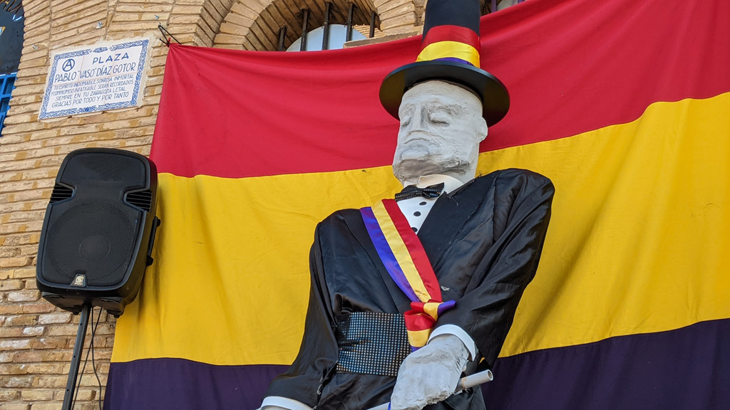 El Cantero, presidente honorífico de la República Independiente de Torrero, tampoco se ha perdido el acto. Foto: @igoiz17 (AraInfo)
