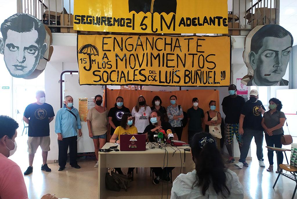 Dos representantes de la asamblea junto con una representación de la ciudadanía y de los colectivos que participan en el centro. Foto: Rocío D.H.